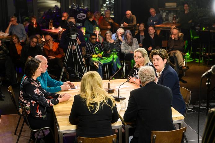 Aan de tafel bij de gespreksleiders: Manon Jonquiere, Henk Kiewik, Jeanet Nijhof en Hanneke Steen (vanaf links).
