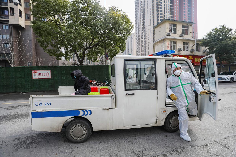 Een patiënt die mogelijk lijdt aan het coronavirus wordt naar een ziekenhuis in Wuhan gebracht.