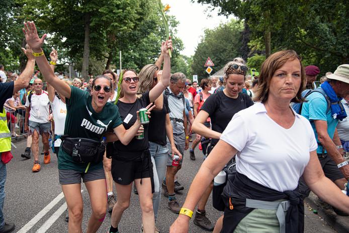 De Vierdaagse kun je volgens de 'deskundige' het beste lopen met een sport-bh aan.