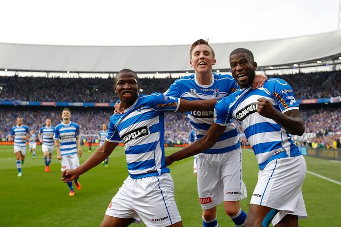 Guyon Fernandez (rechts) viert zijn eerste doelpunt met Kamohelo Mokotjo (links) en Ryan Thomas. Foto: VI-Images