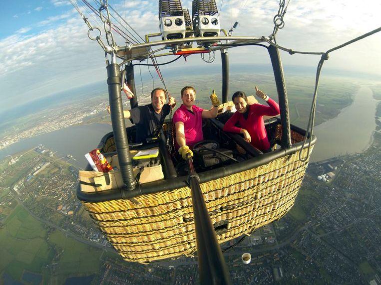 Met een luchtballon van de stad stijgt het team zaterdagmorgen op in Waasmunster.