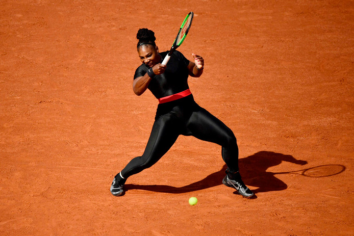 Serena Williams in haar catsuit op Roland Garros.