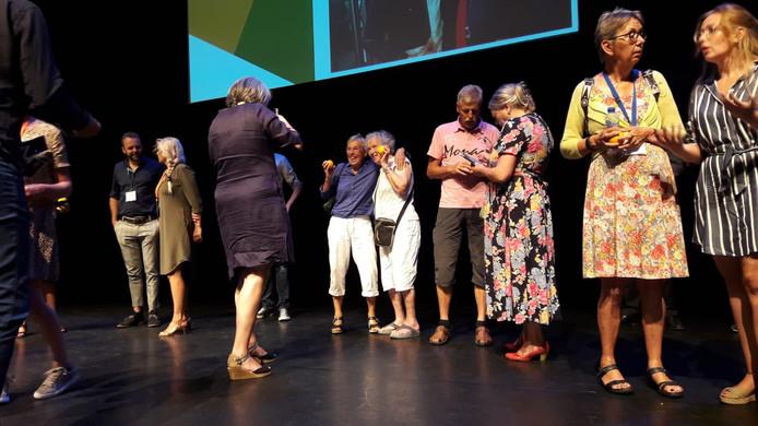 Voor Gerard Rooijakkers mocht beginnen,  werden bezoekers uitgenodigd op het podium om met een wildvreemde een onvergetelijk plaatje te schieten.