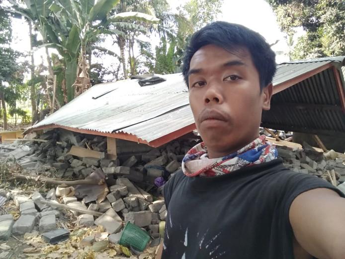 Edi voor zijn verwoeste huis.  Eigen foto
