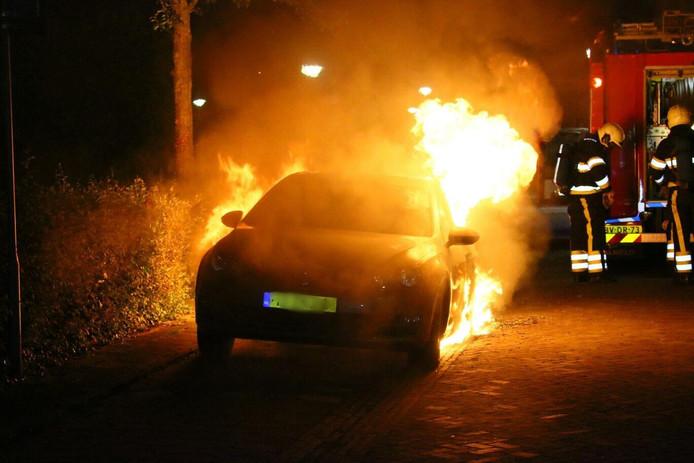 De auto die in brand stond in Uden.
