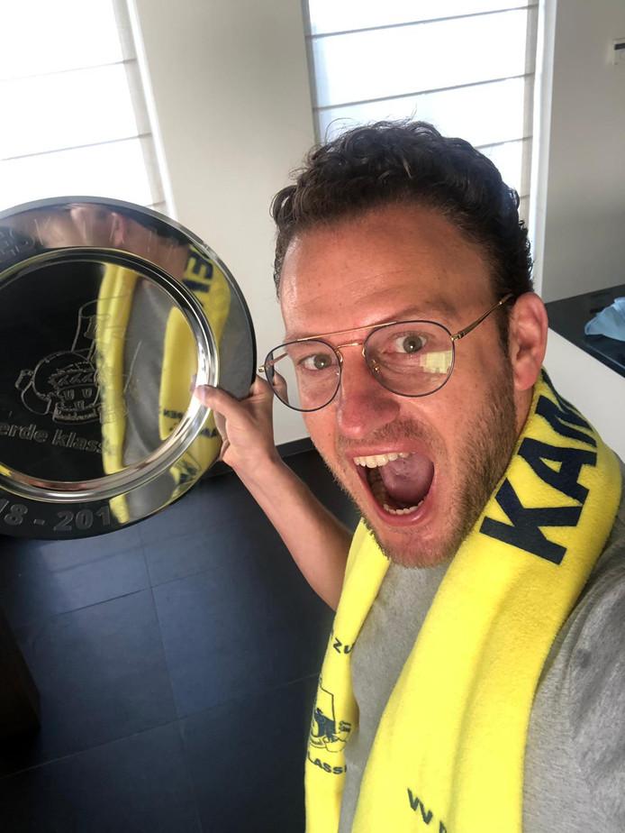 Milo Klijn, de teammanager van DESK, heeft de kampioensschaal terug.