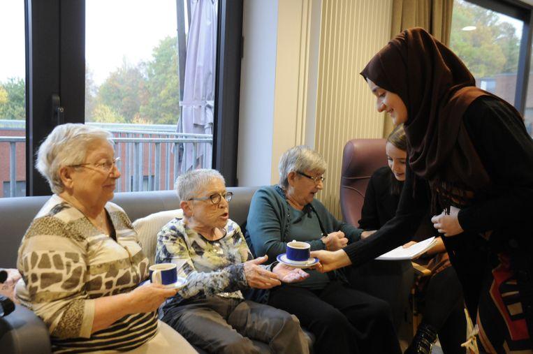 Noura werd gehuldigd omwille van haar vrijwilligerswerk in het woonzorgcentrum