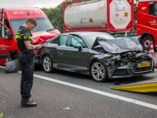 Botsing tussen auto's, vrachtwagens en bestelbusje op de A17 bij Moerdijk
