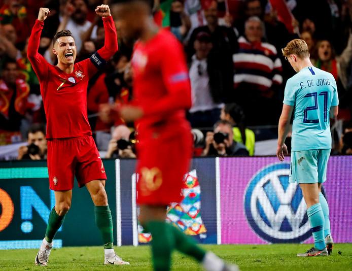 Cristiano Ronaldo juicht na het laattste fluitsignaal. Frenkie de Jong is verslagen.