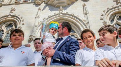 Koor zingt voor jarige dochter burgemeester