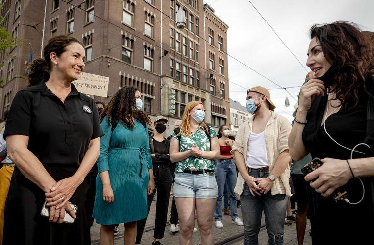 Burgemeester Femke Halsema in gesprek met demonstranten tijdens het protest op de Dam.  Beeld Sem van der Wal/ANP