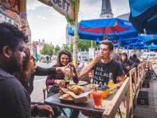 """Bar Jos en Gloria op de Vlasmarkt worden openluchtrestaurant: """"De mensen komen pas laat omdat wij geen eten serveren. Nu dus wel"""""""