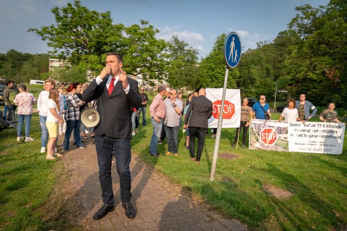 Actieleider Constant Kusters, vader van twee kinderen in de tegenover liggende school hanteert de megafoon om het protest kracht bij te zetten.