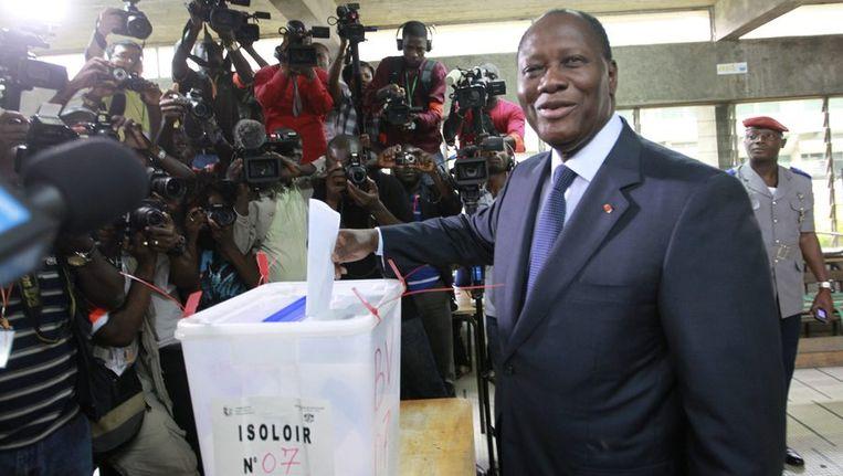President Alassane Ouattara brengt zijn stem uit. Beeld reuters