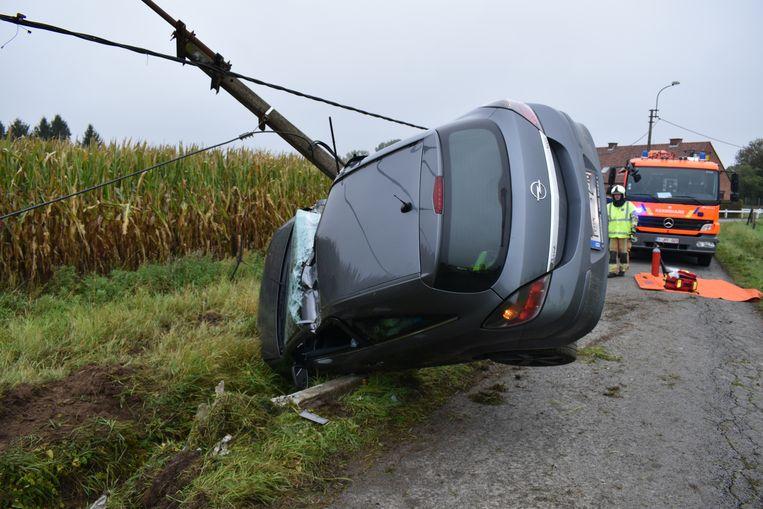 De bestuurder raakte naast de rijbaan en kwam tot stilstand tegen een verlichtingspaal.