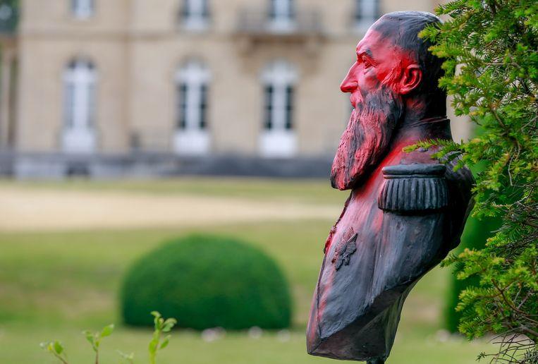 Een beklad borstbeeld van koning Leopold II.