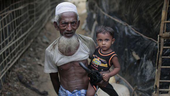 Een oudere Rohingya man met zijn kleinzoon op de arm in het vluchtelingenkamp van Cox's Bazar in Bangladesh.