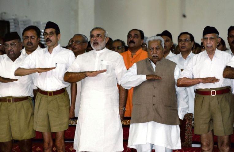 Minister-president van de deelstaat Gujarat, Narendra Modi (derde van links) werd beschuldigd van genocide. ( FOTO AFP ) Beeld AFP