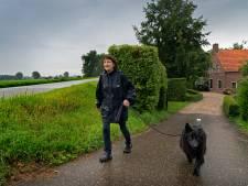 Links, rechts, óveral ziet Hanneke dadelijk windmolens rond haar dorp
