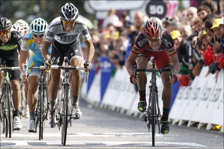 Evans won de derde rit na een millimeterspurt met Alberto Contador op de Mûr-de-Bretagne.