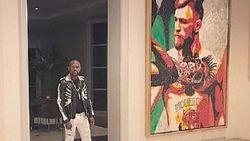 Floyd Mayweather showt in zijn nieuwe optrekje van 21 miljoen euro een megaportret van... Conor McGregor