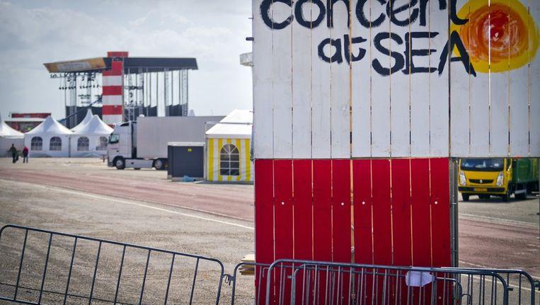 Het lege festivalterrein van Concert at Sea. Beeld null