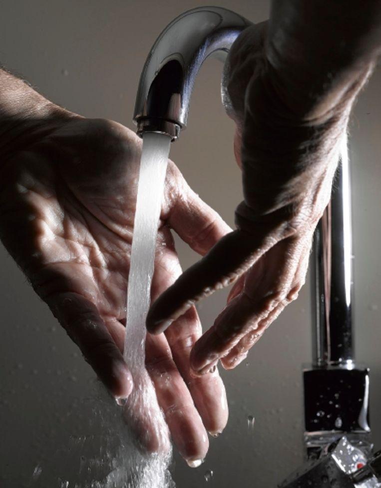 Water en zeep zijn in het ziekenhuis onvoldoende. Alcohol moet het zijn. (FOTO MARK KOHN) Beeld