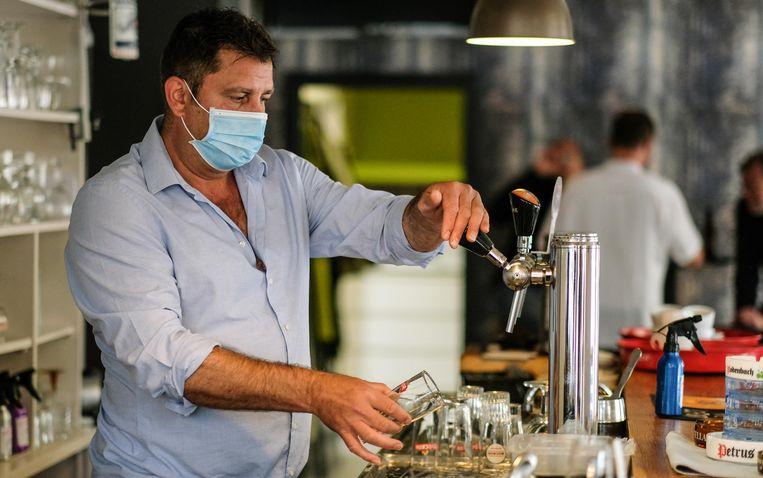 Cafébaas Andy Decrock van The Corner was deze ochtend al volop pintjes aan het tappen.