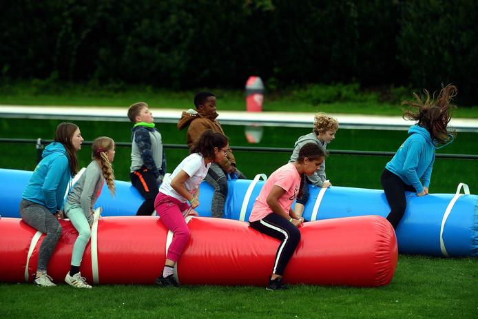 Kreukelz verzorgt voor kids een kamp bij zwembad De Stok met onder andere een zeskamp.