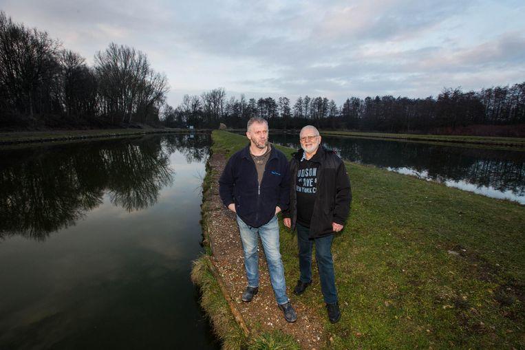 Hans Frederickx ( links) en Jef Poglavec vermoeden dat er 's nachts vissen gestolen worden uit hun vijvers.