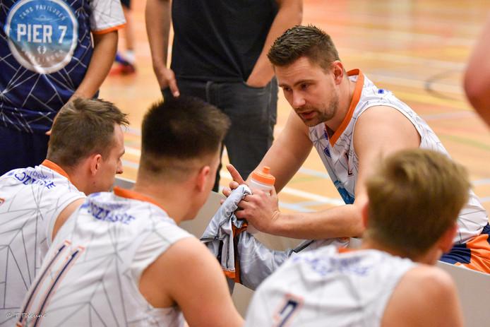 Speler/coach Benjamin Steenbeek van BC Vlissingen spreekt zijn team toe.