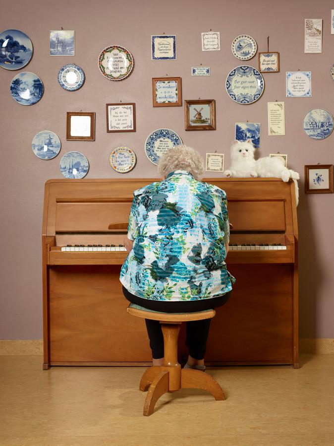 """Als Catrien Schimmel op de piano speelt, luistert de poes toe. ,,Hij vindt het zeker mooi."""""""