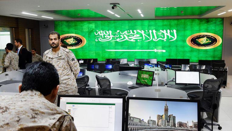 Saoedische militairen bij het militaire anti-terrorisme centrum in (IMCTC) in Riyad. Beeld epa