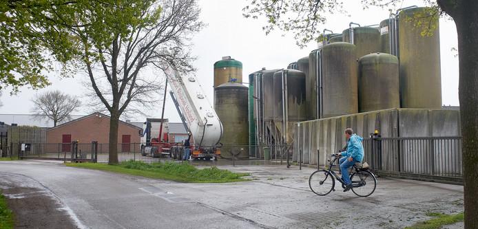 De brijvoersilo's van Coppens veroorzaken voor de buurt een haast ondraaglijke stank.