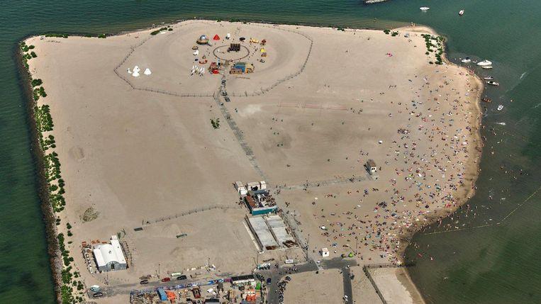 Het eiland, dat vanaf 2018 wordt aangelegd, krijgt een school, ruimte voor sport, is autoluw en energieneutraal. Beeld Peter Elenbaas