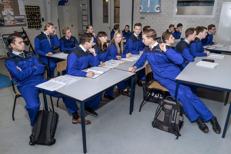 Studenten van het IVA maken kennis met de basis van de autotechniek. Beeld Adrie Mouthaan