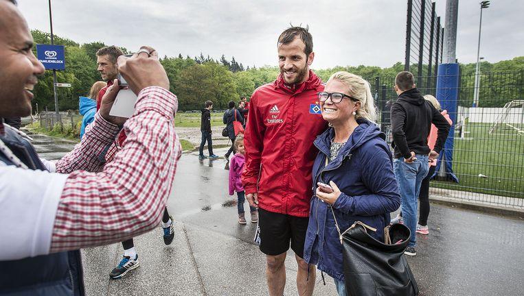 Na de training, zaterdagochtend, wordt hij van alle HSV-spelers het langst opgehouden door fans. Beeld FTP
