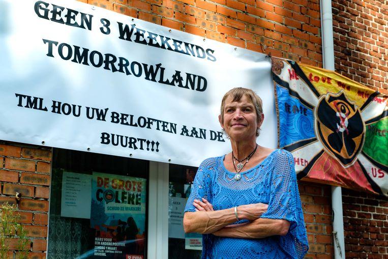 Nora Offeciers wil geen derde weekend Tomorrowland. Aan haar woning in de Dirkputstraat heeft ze een banner gehangen dat die boodschap in de verf zet.