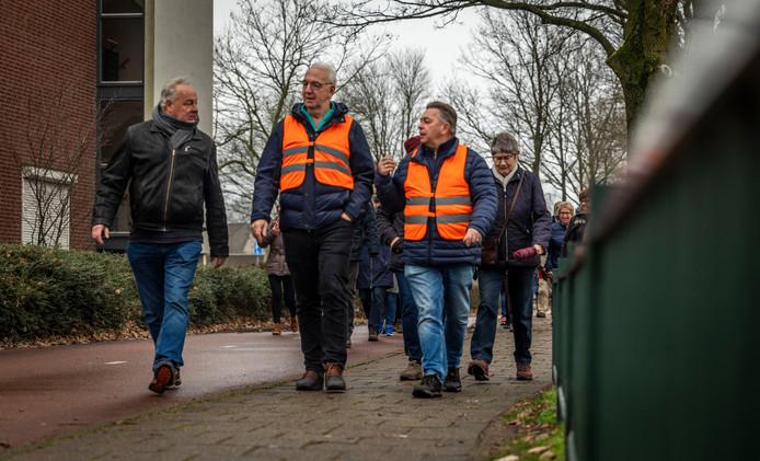 Leden van wandelclub De Bezige Barrier lopen een ronde in Eindhoven.