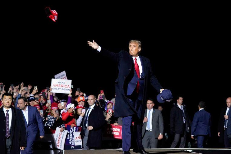 Trump nadat hij zijn aanhang heeft toegesproken op het vliegveld van Duluth, Minnesota. Hierna testte hij positief op corona.  Beeld AP