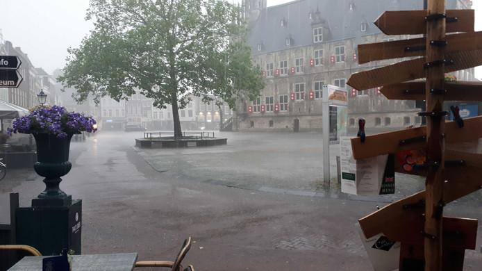 De Markt in Gouda staat na een hoosbuit onder water.