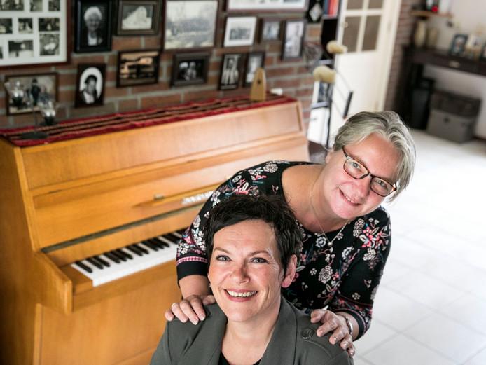 Anne-Marie van de Pas (links) en Hilde Mollen van fanfare Wilhelmina.