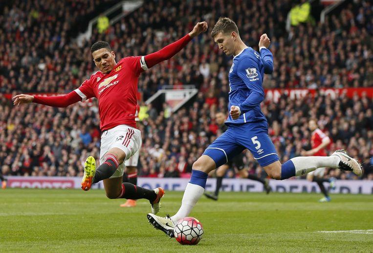 John Stones van Everton aan de bal terwijl Chris Smalling een sliding maakt. Beeld photo_news