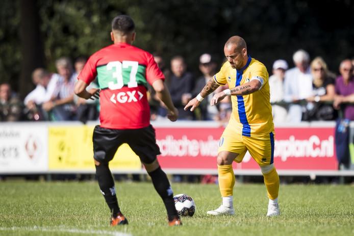 Wesley Sneijder namens El Gharafa tegenover Ragnar Oratmangoen van NEC.