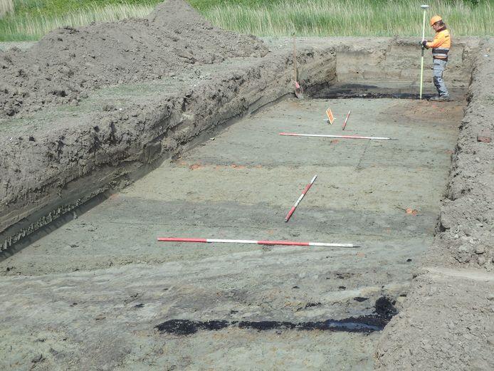 Bij eerder onderzoek zijn al middeleeuwse sporen gevonden bij Nieuw- en Sint Joosland. Vanaf de donkerbruine laag tot net voor het achterste jalon: de gracht van de motte aan de Trekdijk.