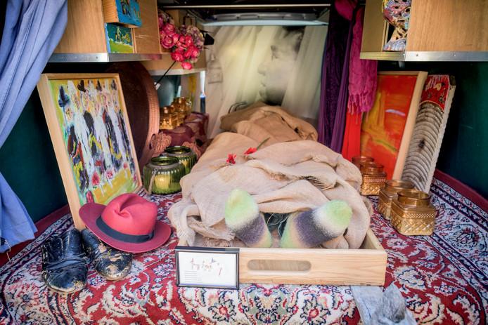 In een rijdend atelier wordt de  vorige wek overleden kunstenaar Bert de Haan naar het crematorium gebracht.