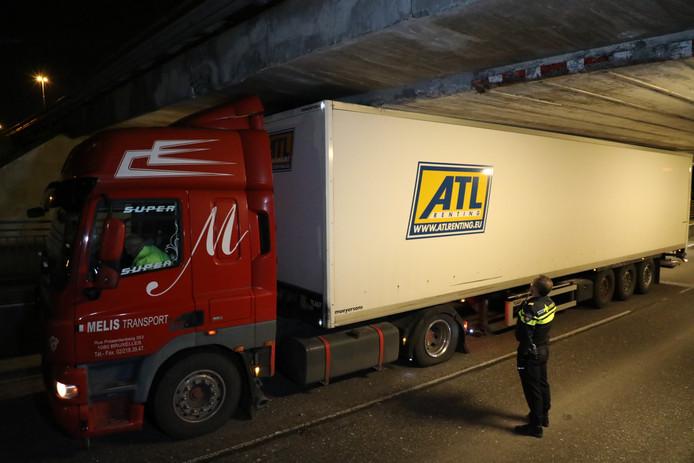 Vrachtwagen vast onder berucht viaduct Waalwijk