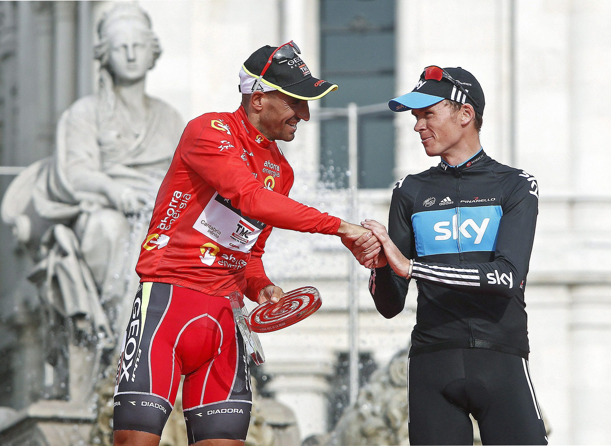 Chris Froome (r) feliciteert Juan José Cobo met de eindzege in de Vuelta in 2011. De Britse nummer 2  is nu alsnog tot winnaar uitgeroepen.