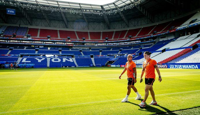 Shanice van de Sanden en Sherida Spitse nemen een kijkje in het stadion in Lyon.