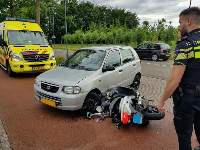 Scooter en auto botsen aan de Bedrijfsweg in Oisterwijk
